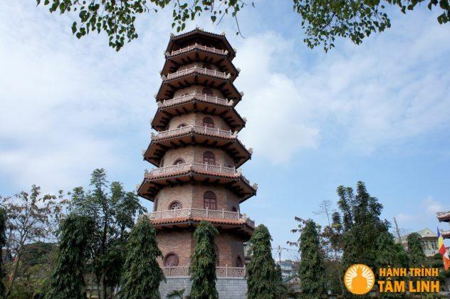 Tháp 7 tầng ở sân chùa