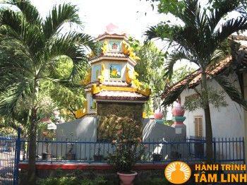 Tháp phật trong khuôn viên chùa