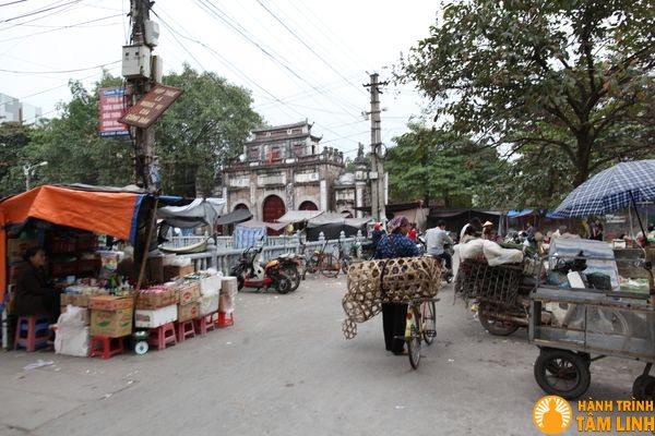 Trước cổng chùa Nành là chợ NInh Hiệp
