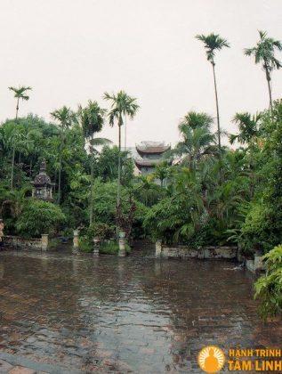 Từ sân chính nhìn ra vườn tháp và ngũ môn quan