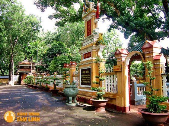 Tường giào phía trước chùa Giác Lâm