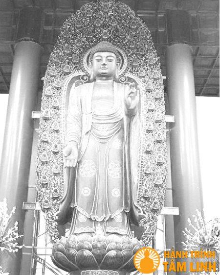 Tượng phật A Di Đà được chế tác từ loại gỗ quý giáng hương bông, cao lớn kỷ lục ở chùa Huệ Nghiêm