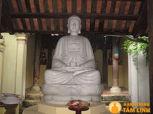 Tượng Phật Thích Ca bằng cẩm thạch trong chùa