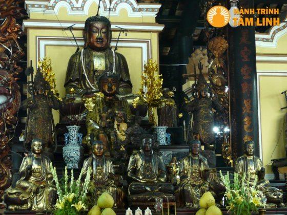 Tượng Phật trong chính điện chùa Giác lâm