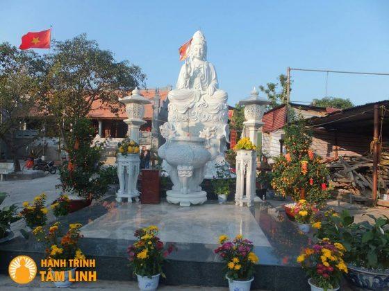 Tượng Quan Thế Âm bồ tát trong chùa
