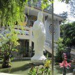 Tượng Quan Thế Âm thờ lộ thiên trước mặt chùa Quảng Hương Già Lam
