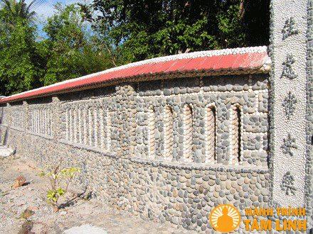 Tường rào chùa bằng đá cuội
