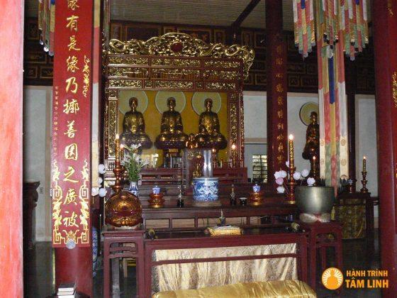 Tượng tam thế phật của chùa