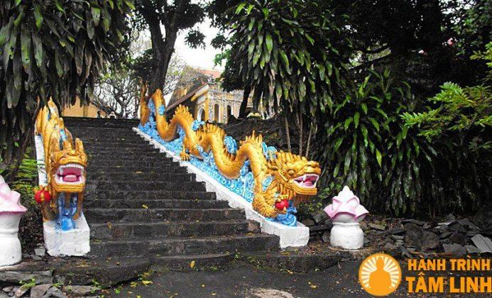 Bậc thang dẫn lên chùa Bửu Phong