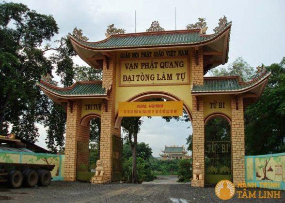 Cổng tam quan chùa Đại Tòng Lâm