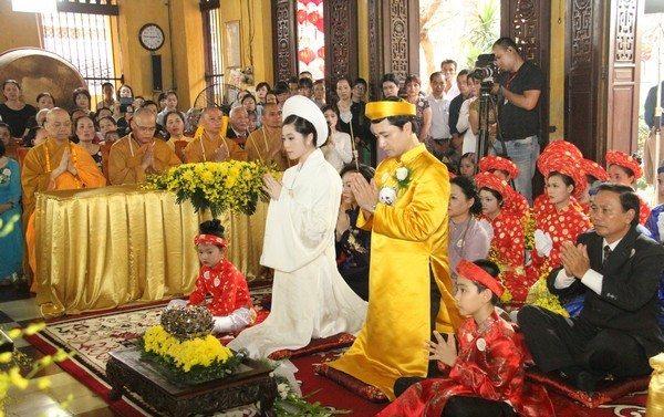 Đám cưới trên chùa