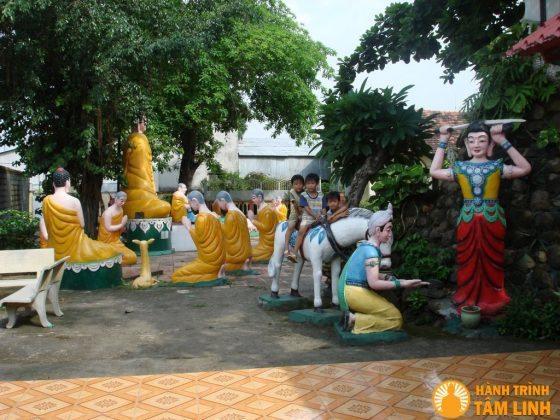 Tượng phật trong khuôn viên chùa Long Thiền