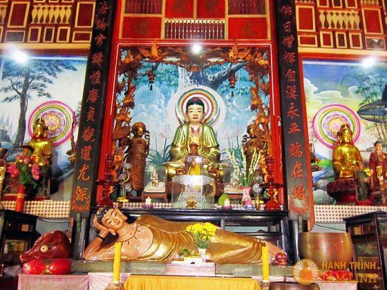 Ba bàn thờ Phật trong chính điện