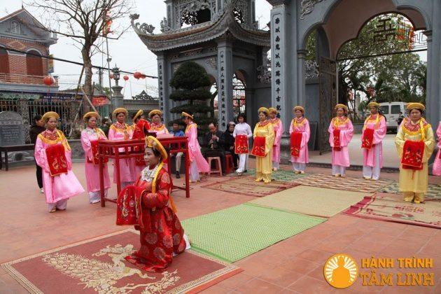 Tế nữ ở lễ hội phủ Dầy