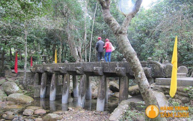 Cầu đá bắc qua suối Giải Oan