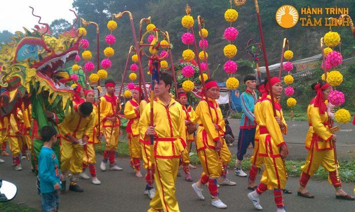 Đoàn người múa rồng ở lễ hội phủ Dầy