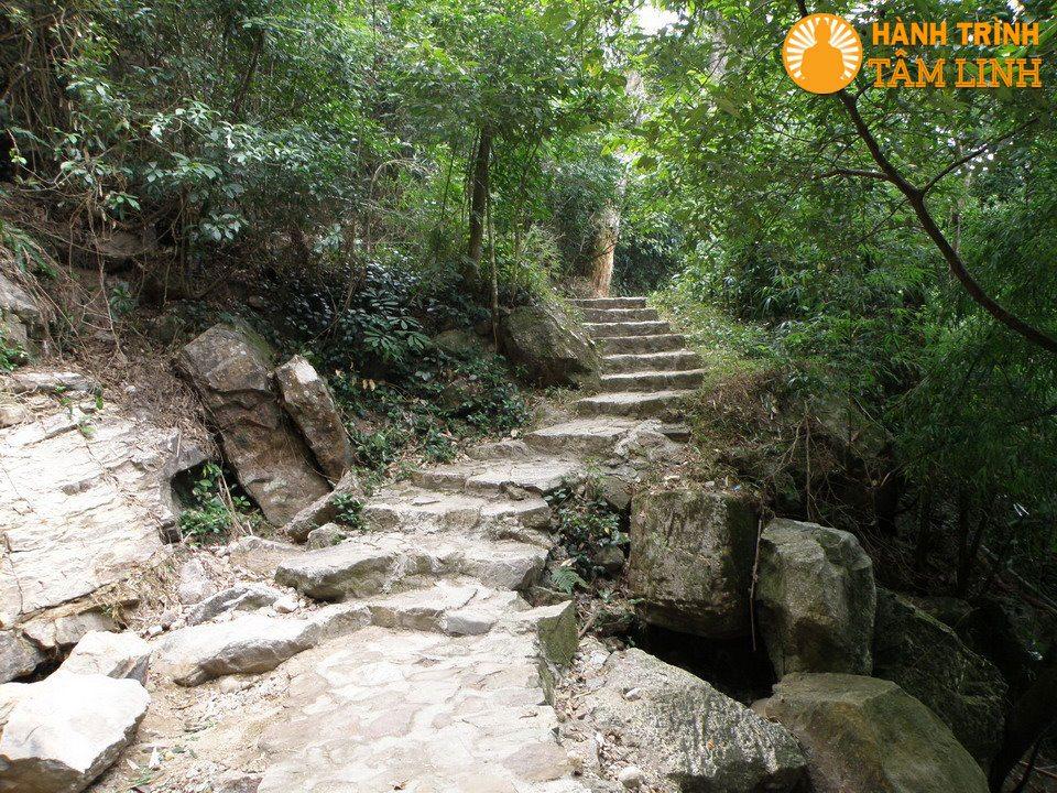 Đường đi vào thác Vàng (Yên Tử)