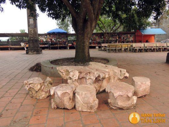 Ghế đá trong sân lăng Mẫu