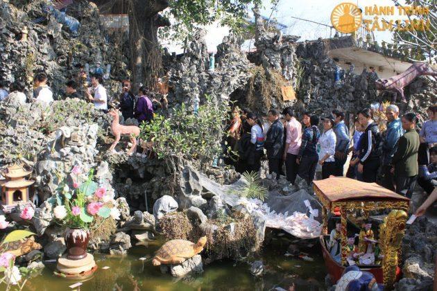 Hang động sau phủ Tiên Hương