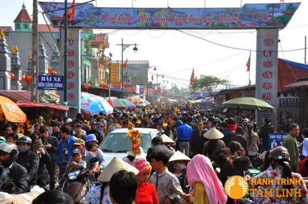 Hàng vạn khách thập phương ở lễ hội phủ Dầy