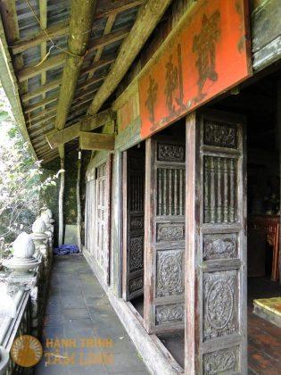 Khung cửa cổ kính chùa Bảo Sái