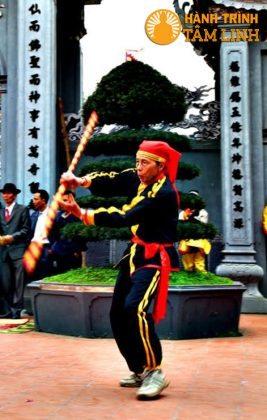 Múa gậy ở lễ hội phủ Dầy