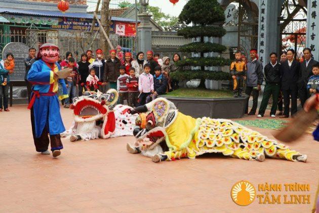 Múa lân ở lễ hội phủ Dầy