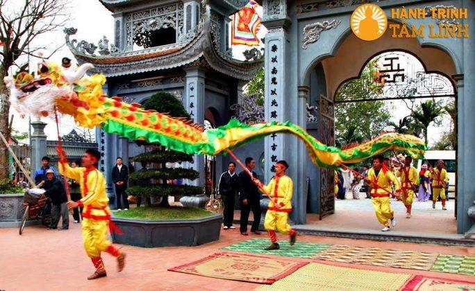 Múa rồng ở lễ hội phủ Dầy