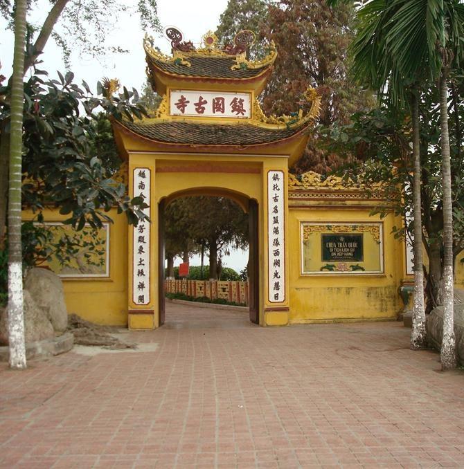Cổng chùa Trấn Quốc