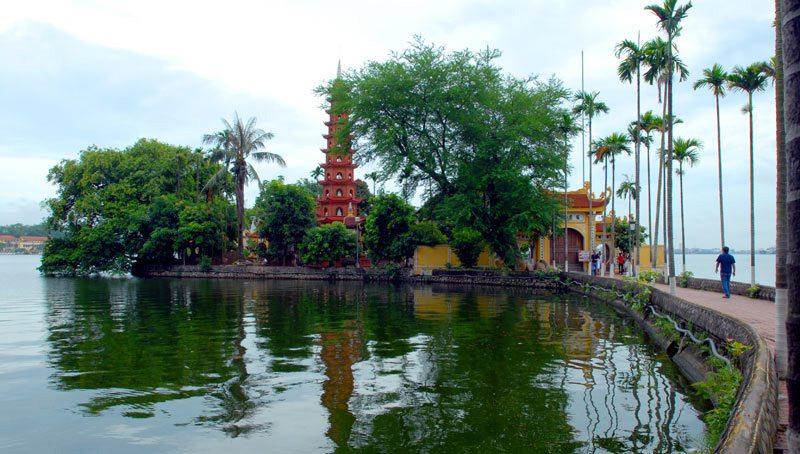 Đường dẫn vào chùa Trấn Quốc