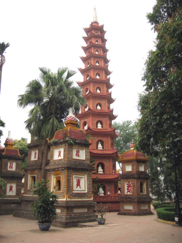 Khu vườn tháp chùa Trấn Quốc