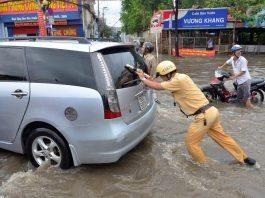 Cảnh sát giao thông đẩy xe giúp người dân