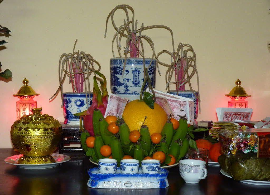Bàn thờ có nhiều bát hương