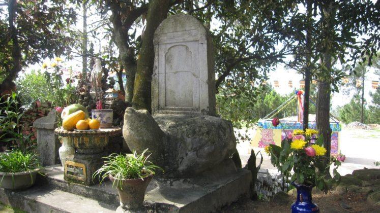 Bia đá cổ chùa Ba Vàng