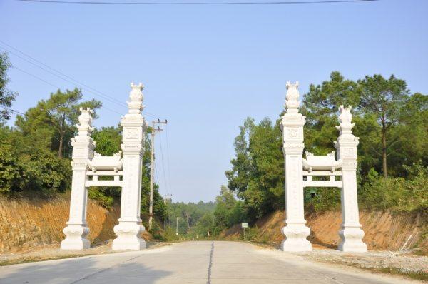 Cổng tam quan trên đường lên chùa Ba Vàng
