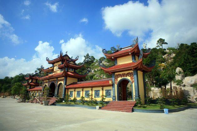 Cổng tam quan trung chùa Ba Vàng
