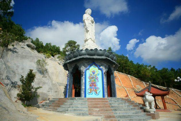 Tượng Phật A Di Đà ở sau nhà thờ Tổ