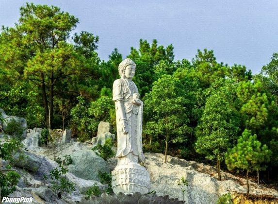 Tượng Phật trong khuôn viên chùa Ba Vàng