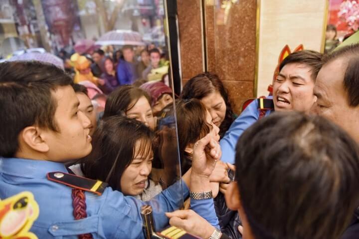 Dòng người chen nhau tại cửa một tiệm vàng